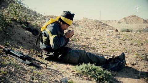 アラーへの祈りを捧げるジハード戦士
