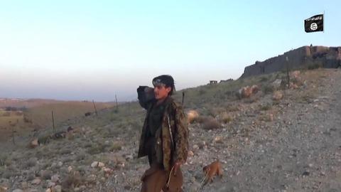 サルを連れている謎のジハード戦士