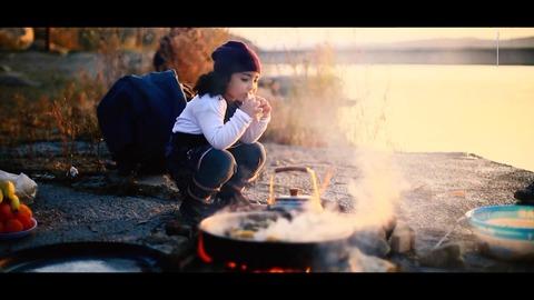 河辺で食事