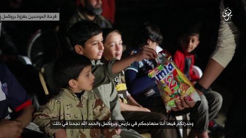 ブリュッセルの攻撃作戦を祝って子どもたちに菓子を配る
