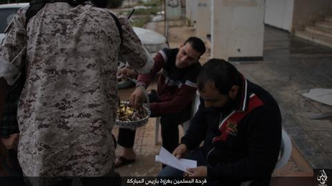 パリ連続襲撃の成功を祝うイスラム国のジハード戦士と市民2
