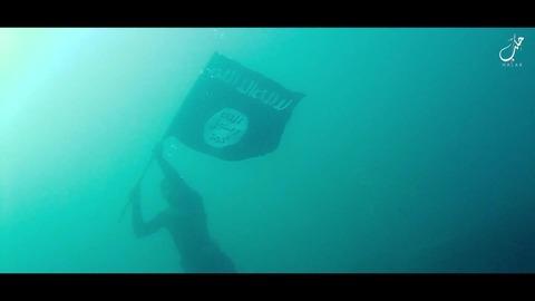 水中で翻る黒旗2