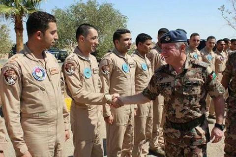 ヨルダンのアブドラ国王と拘束されたパイロット(最も左側)