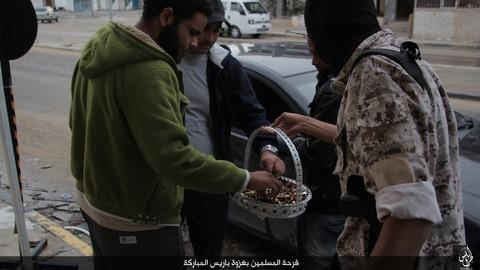 パリ連続襲撃の成功を祝うイスラム国のジハード戦士と市民1