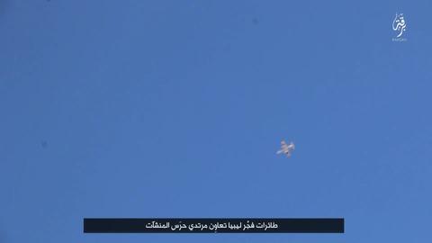 リビアの夜明け部隊の軍用機が石油施設の背教者部隊を掩護