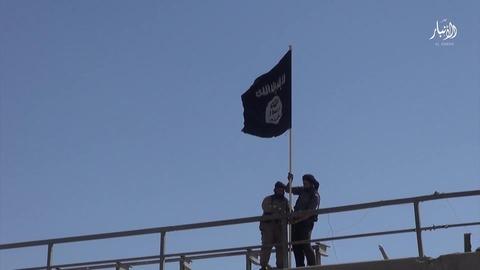 黒旗を掲げるジハード戦士たち