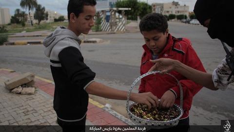 パリ連続襲撃の成功を祝うイスラム国のジハード戦士と市民3