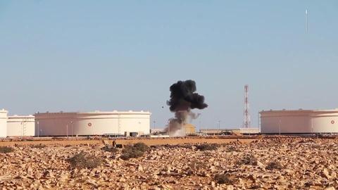 炎上する石油施設