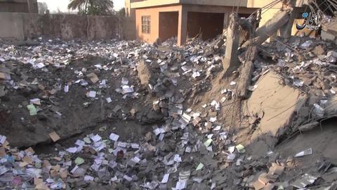 空爆による巨大な穴と散乱する書籍
