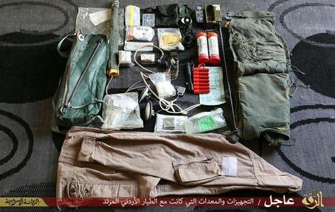拘束されたヨルダン人パイロットの装備品1