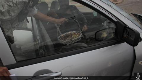 パリ連続襲撃の成功を祝うイスラム国のジハード戦士と市民4