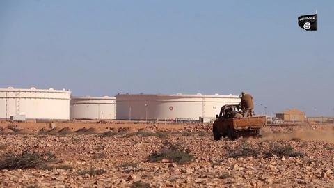 石油施設に向け突撃するジハード戦士の武装車両