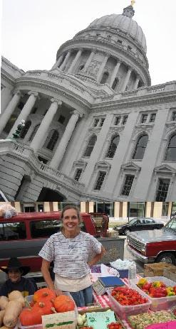州議事堂と朝市