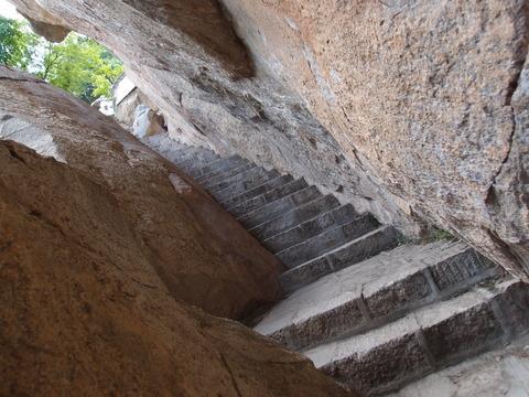 翠华山 岩の間の登山道 まなみヨガ西安