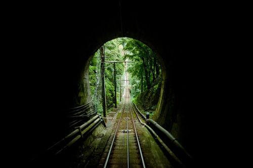 トンネルの中から見た線路