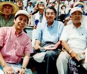 荒井、皆川睦雄さん、武田忠一さん(左)、嶋貫仁一さん(右)と