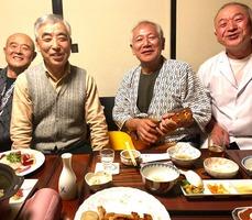 湯舟沢温泉旅館宴中原さんを囲み