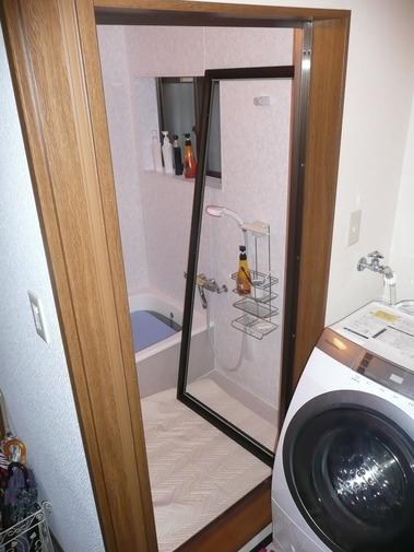 浴室折戸交換中