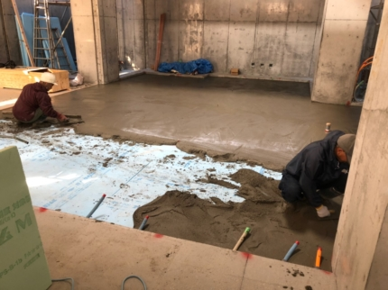 1階床暖房下スタイロ敷モルタル打ち状況