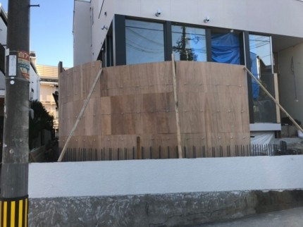 鉄筋コンクリートの丸い塀