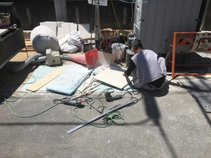 香川:高松のガレージハウス 床タイル施工