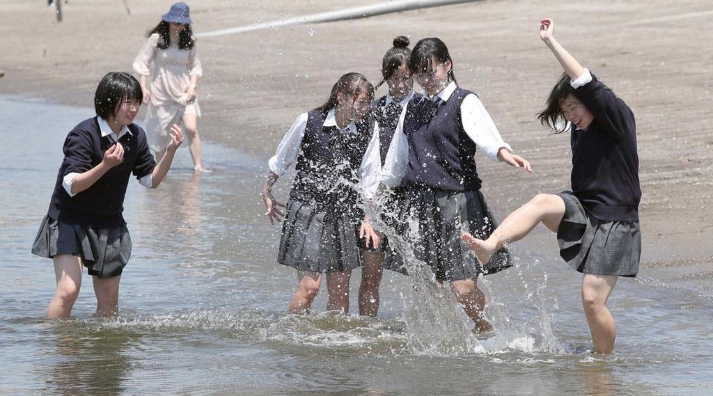 JKが生足で海水を蹴り上げて遊ぶ様子を産経新聞が激写 #画像
