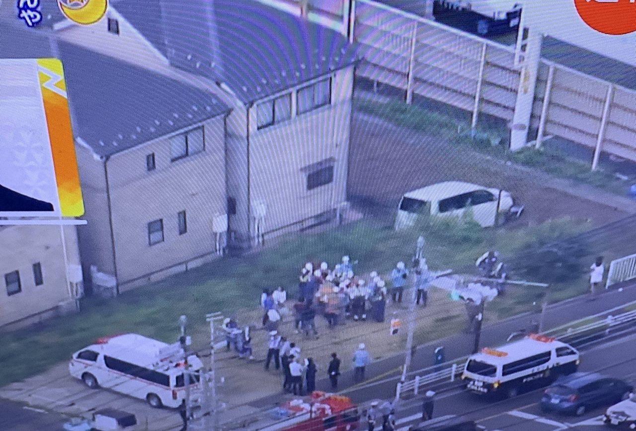 町田市で車が歩道にツッコミ歩行者を次々はねる。小学生など5人が #速報