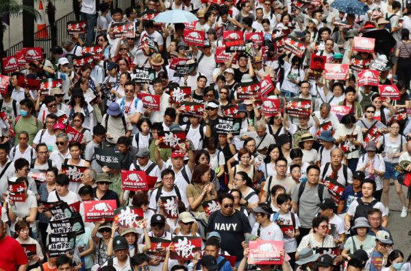 香港、100万人が警察などを襲撃中、天安門と叫んだ政治犯を北京に移送しようとした結果 #速報