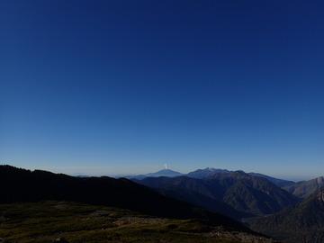 噴煙をあげている御嶽山をはるかに臨む