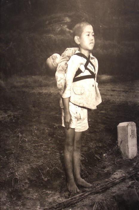 歴史授業「焼き場に立つ少年」の写真から