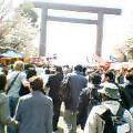 060403靖国神社に向かう人の群れ