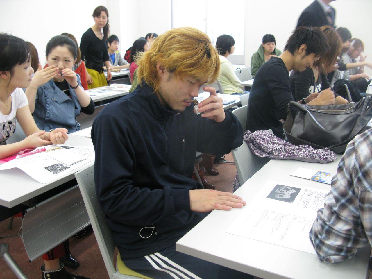神戸夙川学院大学アロマテラピー講義・どれどれどんな香りかな