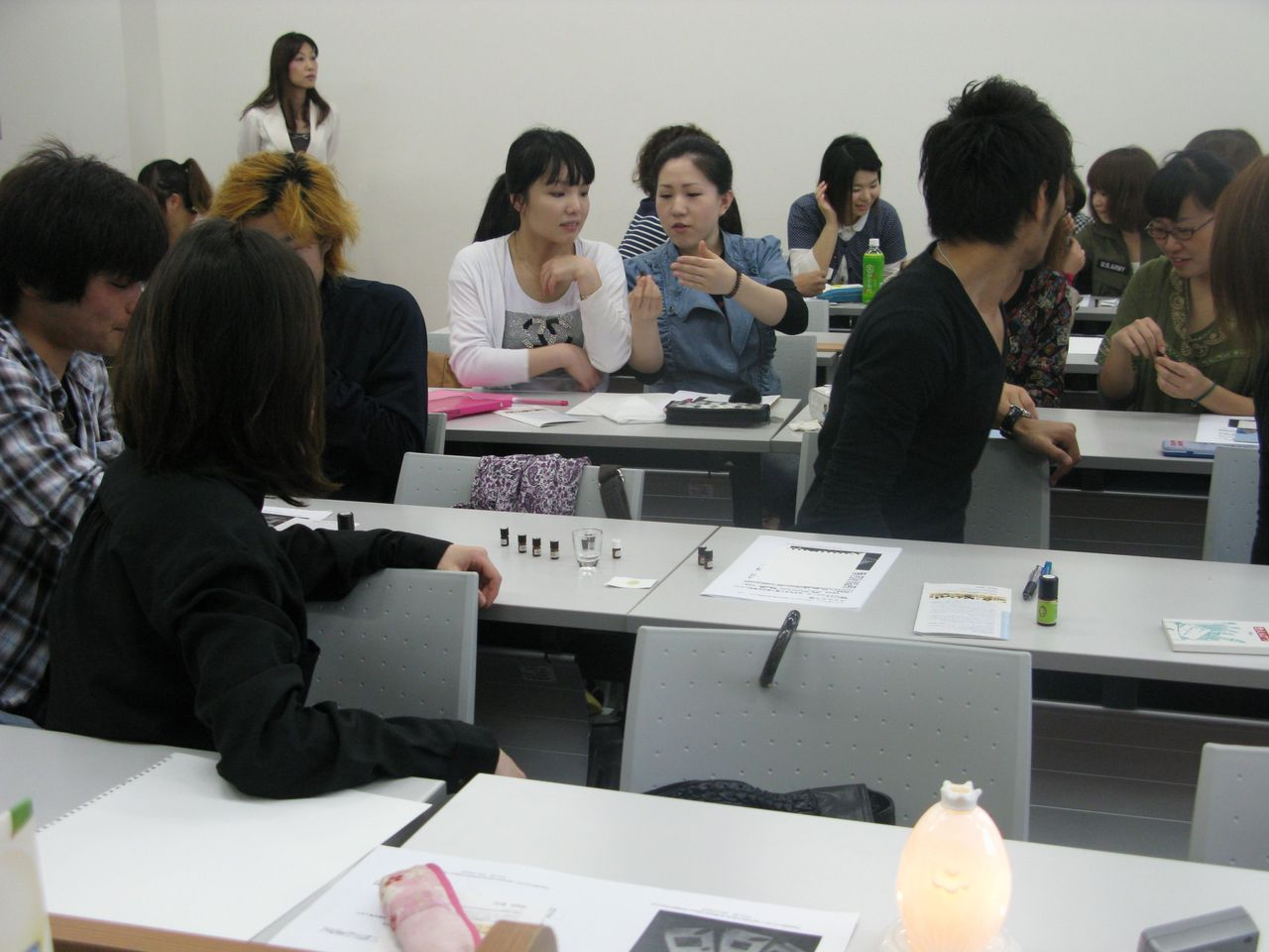 神戸夙川学院大学アロマテラピー講義・これは手で扇いで香るのよ