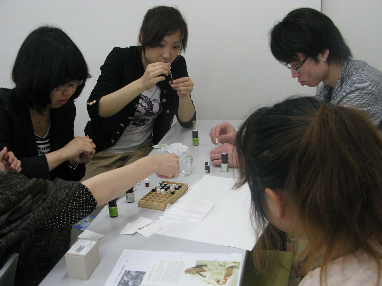 神戸夙川学院大学アロマテラピー講義・真剣にスポイト使ってます