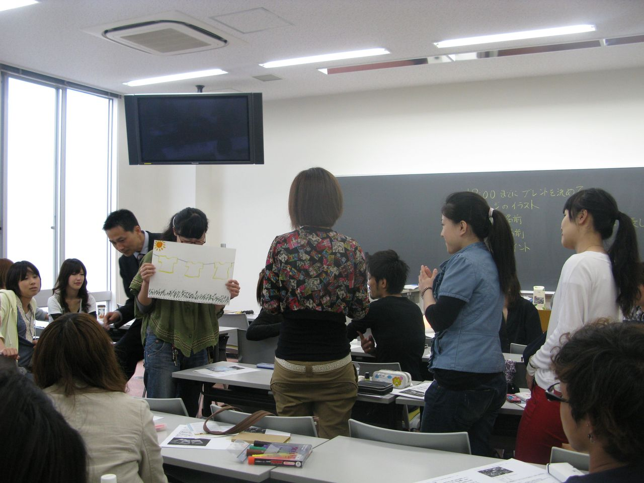 神戸夙川学院大学アロマテラピー講義・発表中後ろからごめんね