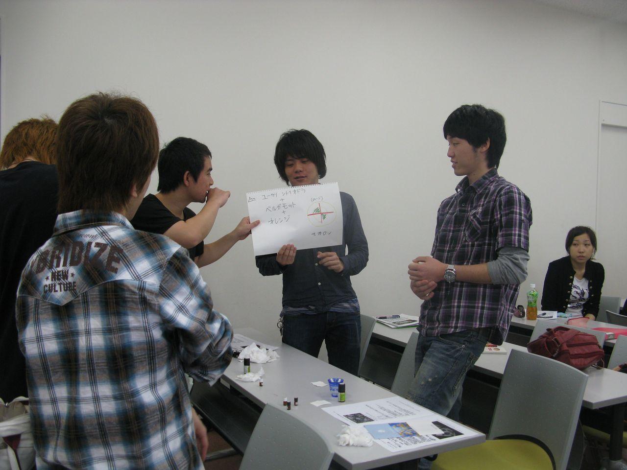 神戸夙川学院大学アロマテラピー講義・男っぽい香りなんだ!