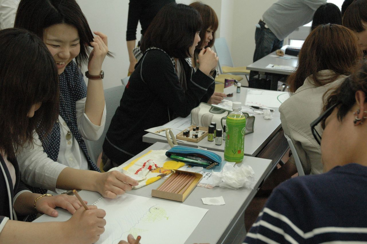 神戸夙川学院大学アロマテラピー講義・その絵笑かすなあ・・・