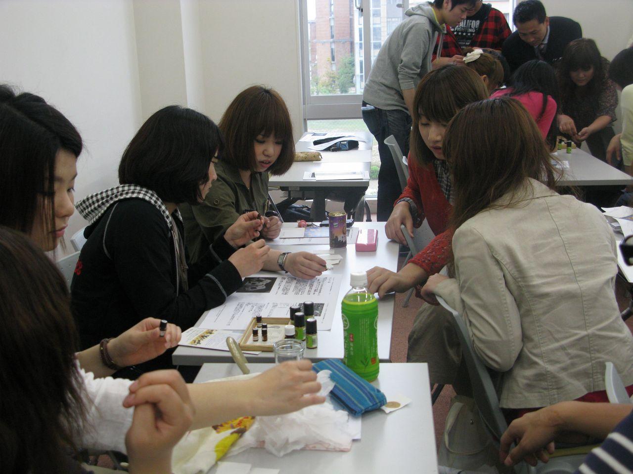 神戸夙川学院大学アロマテラピー講義・後ろは何で集まってるのかな