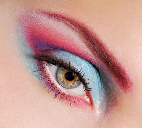 目が青い目をしてメイクアップ