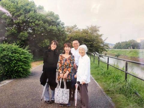 西元里佳子さん《みえない家族》