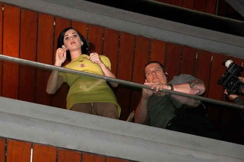 Katy Perry on the balcony of her hotel in Rio (13)