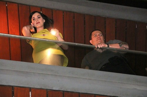 Katy Perry on the balcony of her hotel in Rio (14)