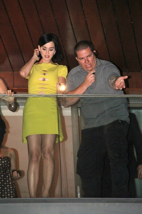 Katy Perry on the balcony of her hotel in Rio (8)