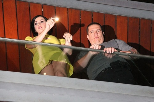 Katy Perry on the balcony of her hotel in Rio (12)