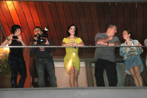 Katy Perry on the balcony of her hotel in Rio (15)