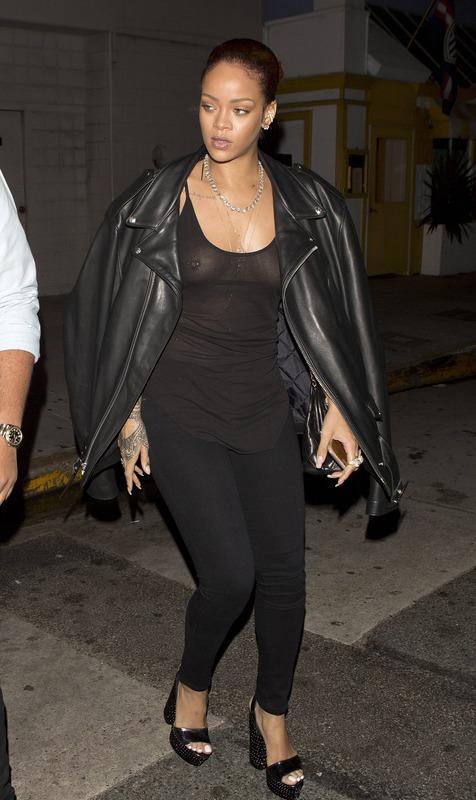 Rihanna candid (8)