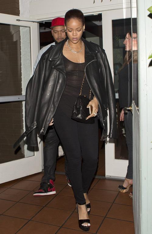 Rihanna candid (4)