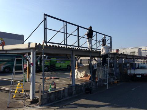 看板面の背後に補強用の柱を固定している作業