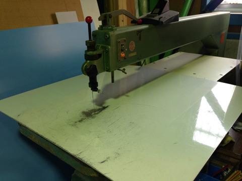カルプ材をカットするミシン