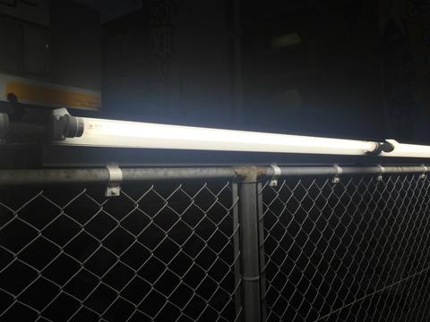金網フェンスへの蛍光灯の設置